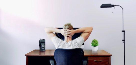 PCを眺めている男性