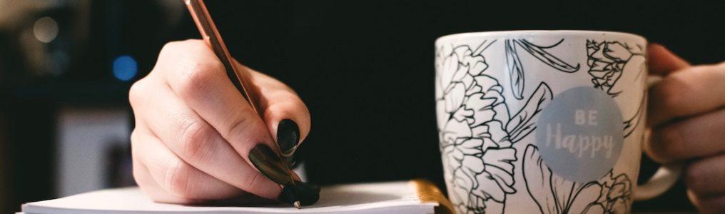 女性が文章を書いている