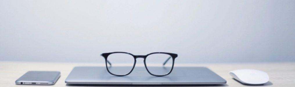 パソコンの上に眼鏡が乗っている