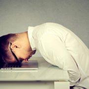 パソコンの前で落ち込む男性