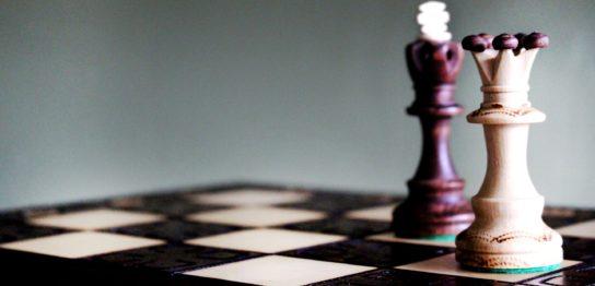 チェスのキングが攻めている